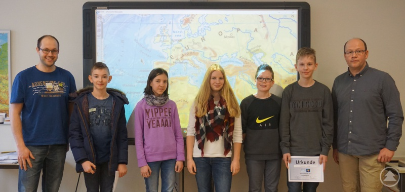 Sophia Ned (Mitte) ist die diesjährige Siegerin des Geographie-Wettbewerbs am Gymnasium Freyung. Sie wird umrahmt von der Konkurrenz aus den unteren Jahrgangsstufen und den beiden Geographielehrern Michael Resch (links) und Franz Anleitner (rechts).