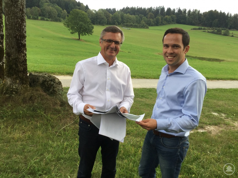 Alexander Muthmann und Martin Hagen vor dem Gelände in Ahornöd, wo das Polizeiausbildungszentrum entstehen soll.