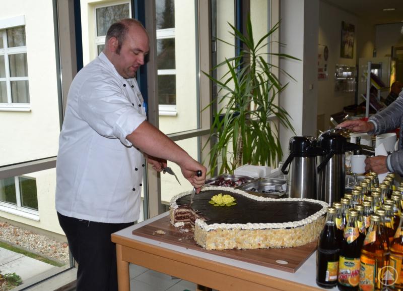 Thorsten Graf, Team-Küchenleiter der Kliniken Am Goldenen Steig  mit dem leckeren Kuchenherz.