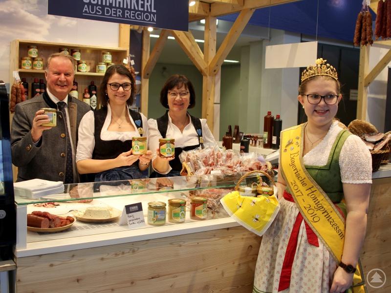 Willi Killinger, Kathrin Baumann und Marlene Kandler konnten mit Doris Grünbauer die Bayerische Honigprinzessin am Aberlandstand begrüßen.