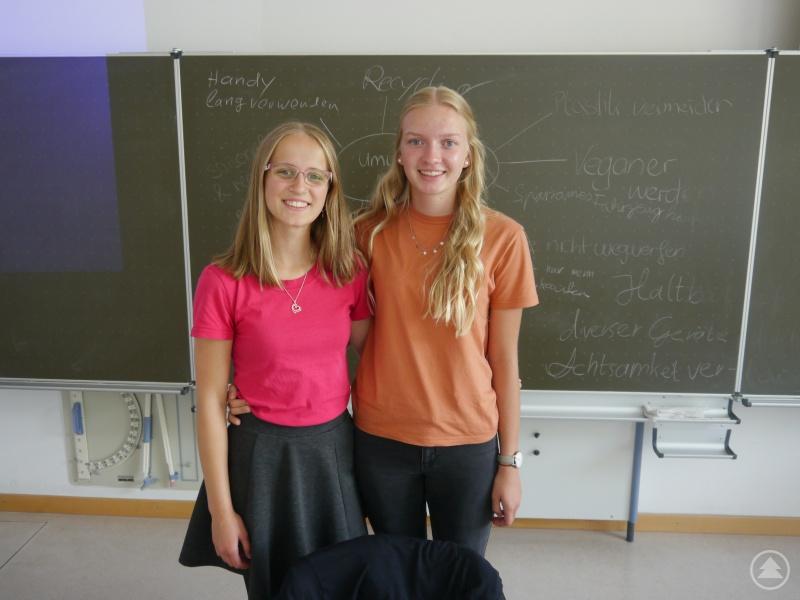 """Die beiden Schülerinnen Dorothea Aschenbrenner (links) und Linda Baier hatten den Aktionstag initiiert. Auch sie leiteten einen Workshop. Der Titel lautete """"Die Macht des Konsumenten""""."""