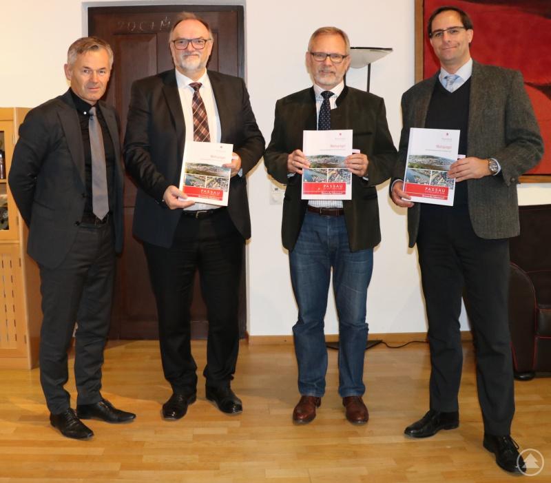Die Fortschreibung des qualifizierten Mietspiegels für die Stadt Passau für die nächsten zwei Jahre haben Oberbürgermeister Jürgen Dupper (2. von links), Lothar Kühnemann (von rechts) und Klaus Fiedler im Beisein von Wirtschaftsreferent Werner Lang mit ihrer Unterschrift besiegelt.