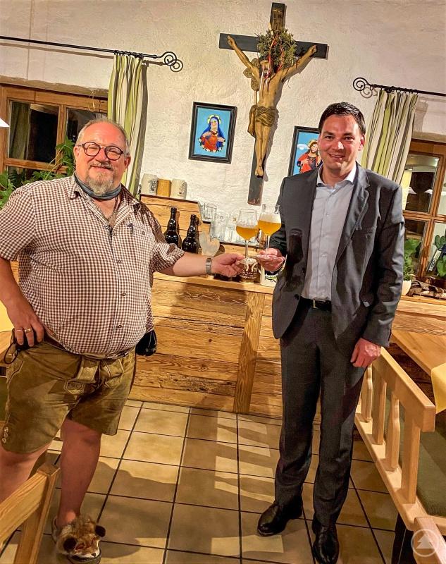 Landrat Sebastian Gruber (rechts) betonte im Gespräch mit Bernhard Sitter, welch wichtigen Wirtschaftsfaktor Tourismus, Gastronomie und Hotellerie mit ihren vielen Beschäftigten im Landkreis darstellen.