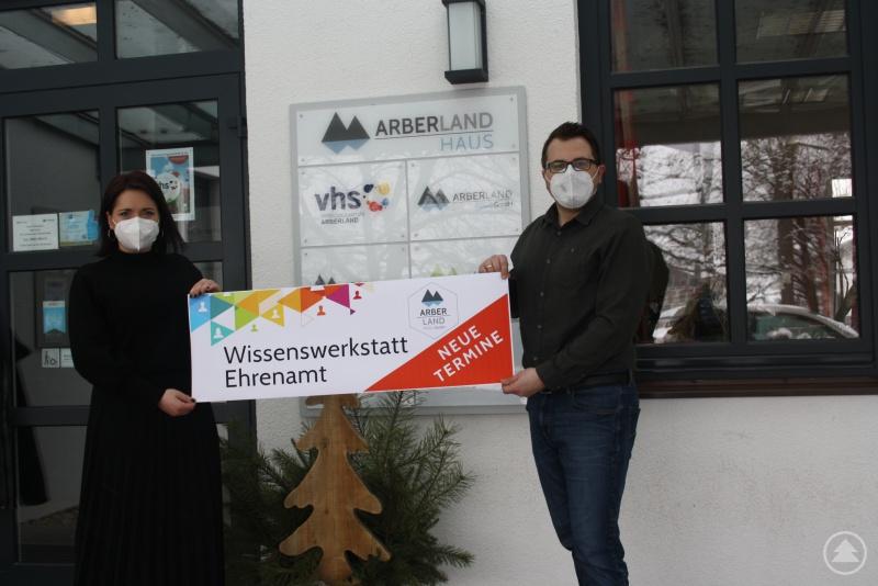 Ehrenamts-Ansprechpartnerin Maria Schneider und Regionalmanager Tobias Wittenzellner freuen sich auf die neuen Seminare der Wissenswerkstatt Ehrenamt.
