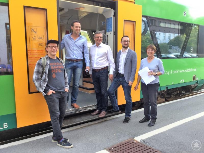 Martin Hagen (2.v.l.) und Alexander Muthmann (3.v.l) mit Mitgliedern von Go-VIT. Ihr Thema: die Zugstrecke Viechtach-Gotteszell muss in den Regelbetrieb überführt werden!