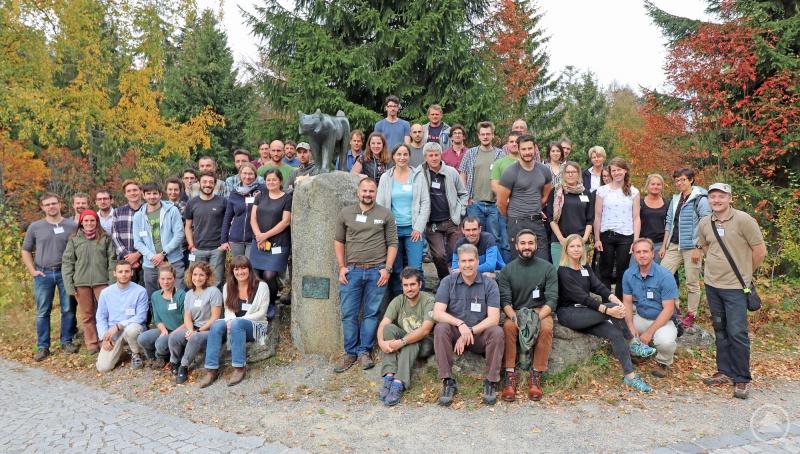 Die Luchsforscher versammelten sich zum Gruppenfoto an der Luchsskulptur vorm Hans-Eisenmann-Haus.