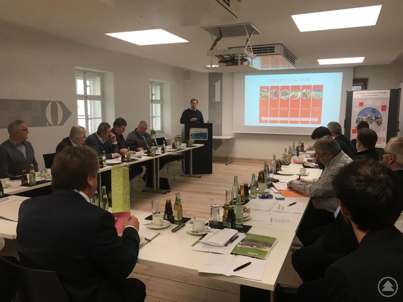 Projektmanager der Ökomodellregion Gerhard Falter bei der Vorstellung des Weidefleisch-Projektes vor dem Vorstandsgremium der ILE Ilzer Land