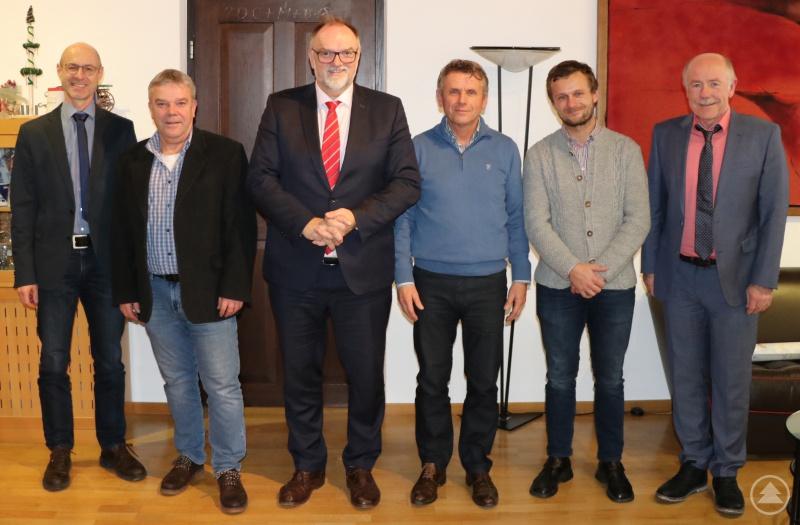 Oberbürgermeister Jürgen Dupper (3. von links) freut sich mit Martin Zwiebel (rechts), Leiter des ADBV Vilshofen an der Donau mit Außenstelle Passau, Stadtentwicklungsreferent Udo Kolbeck (2. von links) und Andreas Irouschek (links) von der Abteilung Geoinformation und Vermessung, dass Johann Kirchberger (3. von rechts) nach der Vereidigung nun sein Ehrenamt als Feldgeschworener antreten kann. Sein Sohn Daniel (2. von rechts) arbeitet ebenfalls für das ADBV.