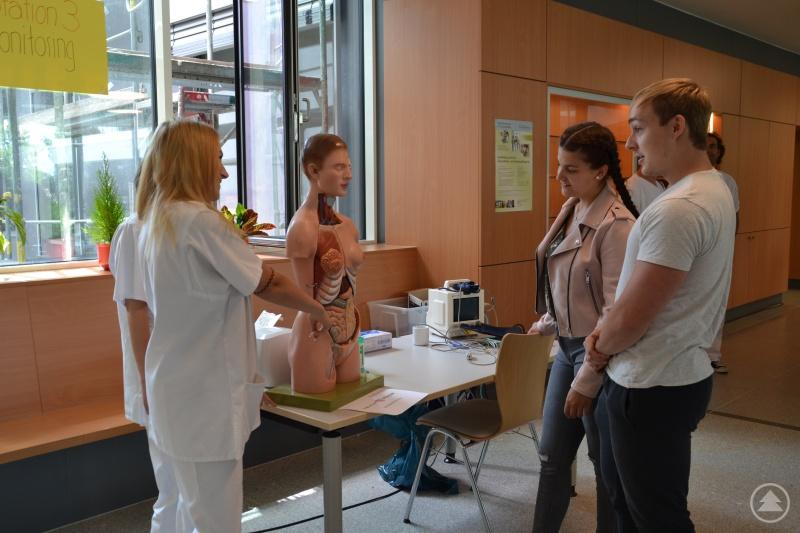 Die Schüler der Fachschule für Krankenpflege in Aktion