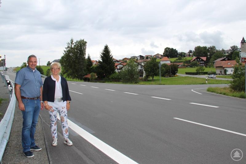 """Stellvertretende Landrätin Helga Weinberger und stellvertretender Bürgermeister Josef Gais zeigten sich sehr zufrieden mit der """"neuen"""" FRG 41."""