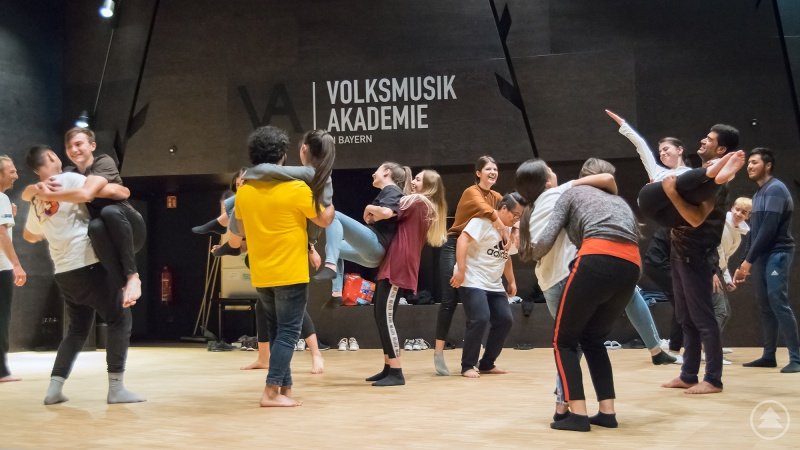 Auf Kommando schließen sich die Jugendlichen zu Formationen zusammen, egal welcher Herkunft und welchen Alters. Beim Abschlussabend sollen sie dann einen gemeinsamen Tanz präsentieren.