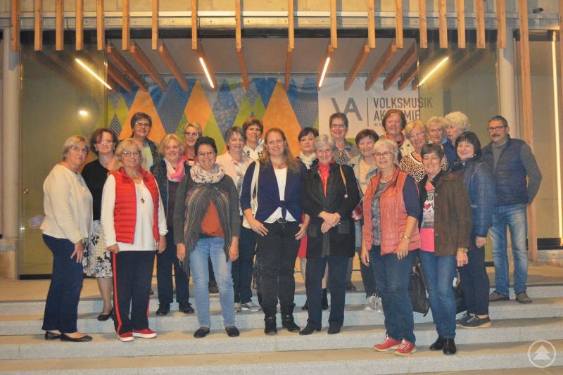 Zu Besuch in der Volksmusikakademie: Die Vorstandschaft der Frauen-Union um die Vorsitzende und  stellvertretende Landrätin Helga Weinberger mit Stadtrat Otto Christoph.