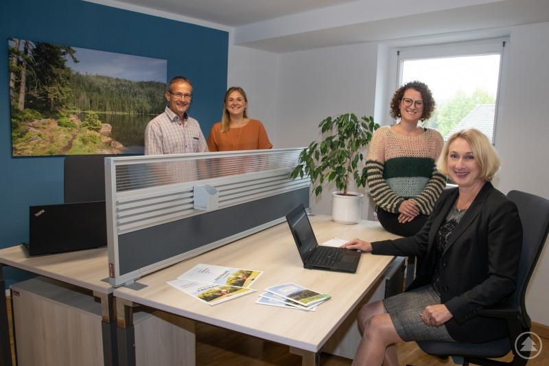 Testen den neuen Coworking Space in Spiegelau (v. r. n. l.): Campusleitung Prof. Dr. Diane Ahrens, Leiterin des KuBiS Spiegelau Julia Gangkofner, Hanna Schürzinger und Rainer Bomeisl vom TC Grafenau