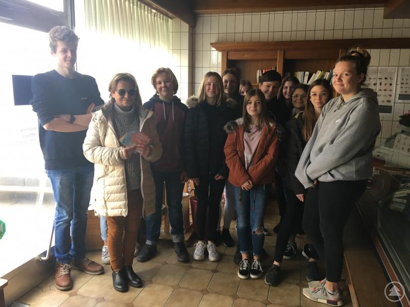 Schülerinnen und Schüler der neunten Klasse mit Frau Scheuregger von der Grafenauer Tafel.