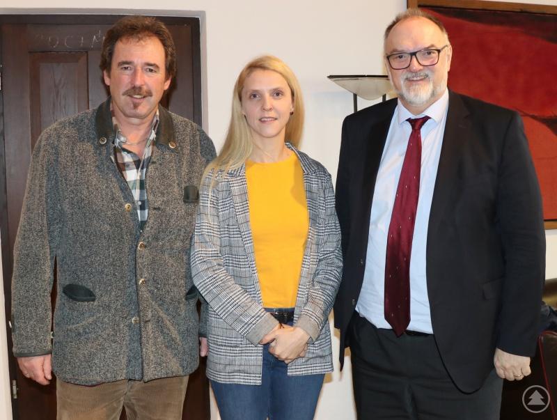 Oberbürgermeister Jürgen Dupper (rechts) und Klaus Ortner freuen sich darüber, dass die Geschäftsführung bei Doris Ortner weiter in guten Händen liegt.