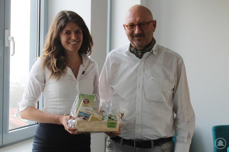 Manfred Eibl bedankte sich bei Valeska von Karpowitz für die Zusammenarbeit mit einem kleinen Präsent, das sie an die Region erinnern soll.