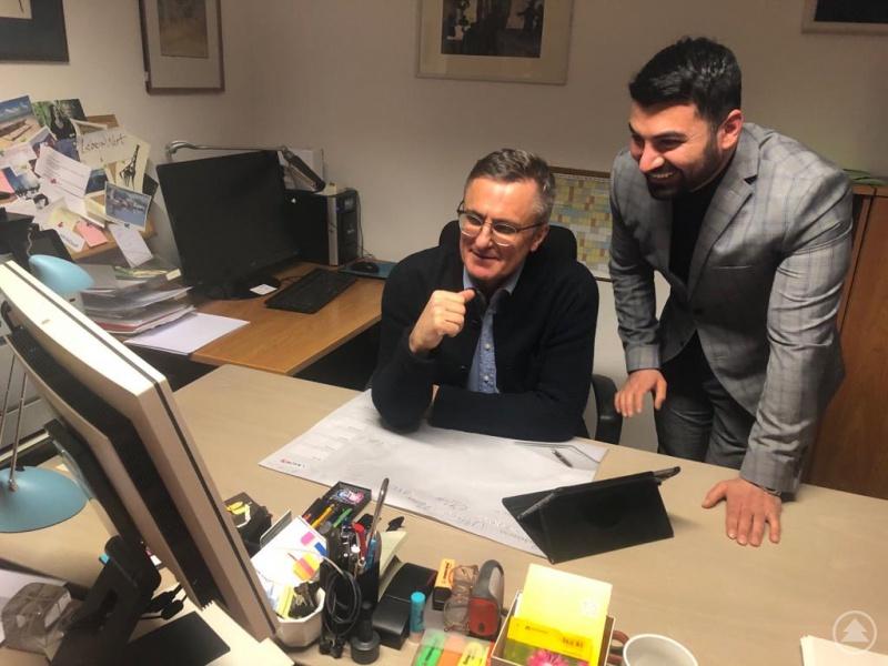 MdL Alexander Muthmann und Muhanad Al-Halak beim Auswerten der Ergebnisse.