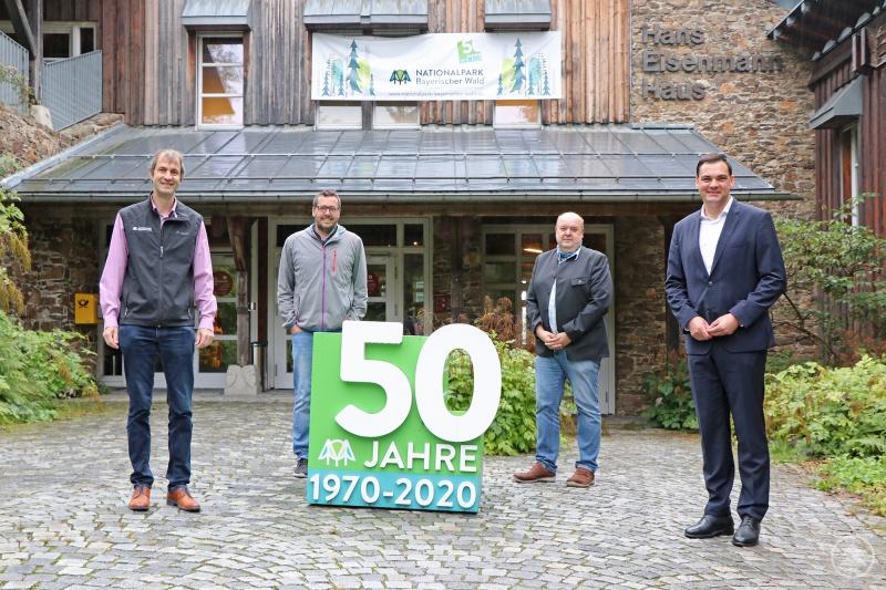 Stellvertretend für die Tourismus-Verantwortlichen der Region bedankten sich Daniel Eder (2.v.l.), Geschäftsführer der Ferienregion Nationalpark Bayerischer Wald, und Jochen Stieglmeier (3.v.l.), Vorsitzender der Nationalpark-Partner, bei Landrat Sebastian Gruber (rechts) und Prof. Jörg Müller, stellvertretender Nationalparkleiter, für die Bemühungen zur Saisonverlängerung.