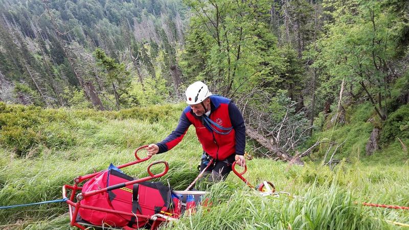 Patientin wir zunächst schräg zum Hang transportiert, um sie anschließend nach oben ziehen zu können