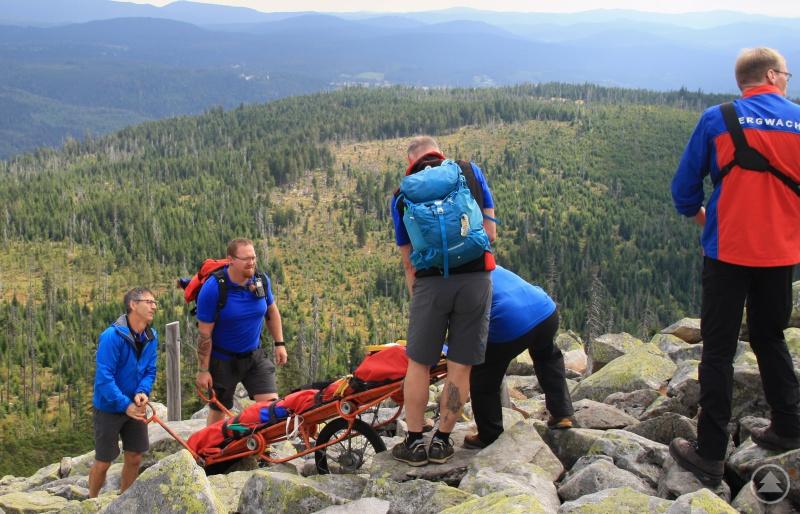 Die Gebirgstrage wird samt Bergesack zum Verletzten gebracht.
