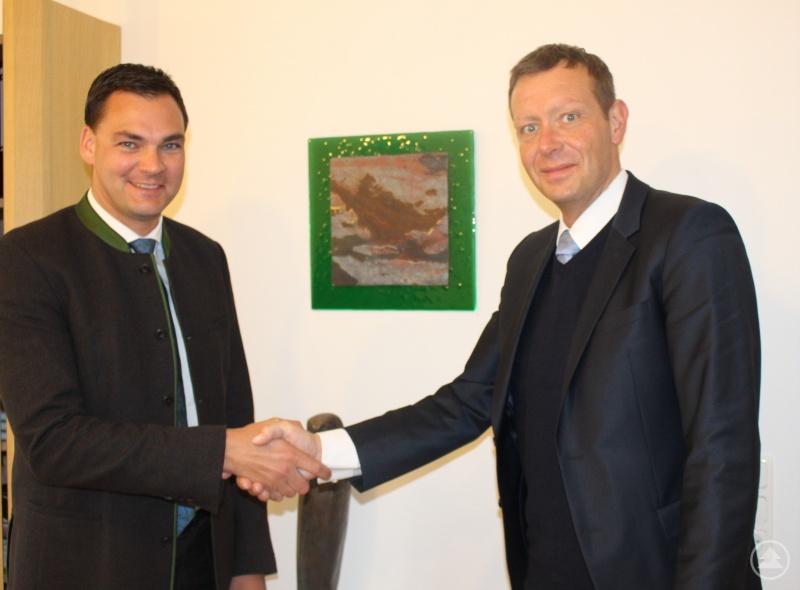Landrat und Aufsichtsratsvorsitzender Sebastian Gruber heißt den neuen Geschäftsführer Marcus Plaschke an seinem ersten Arbeitstag herzlich willkommen.