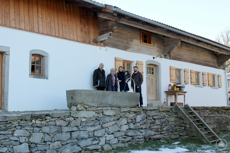 v.li.: Christian Hagenauer, Landrätin Rita Röhrl, Christina Krippl mit Vitus und Robert Kroiß.