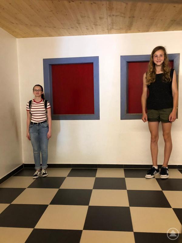 "Sinnestäuschung im ""Haus am Kopf"". Alle Schülerinnen waren sich sonst ebenbürtig."
