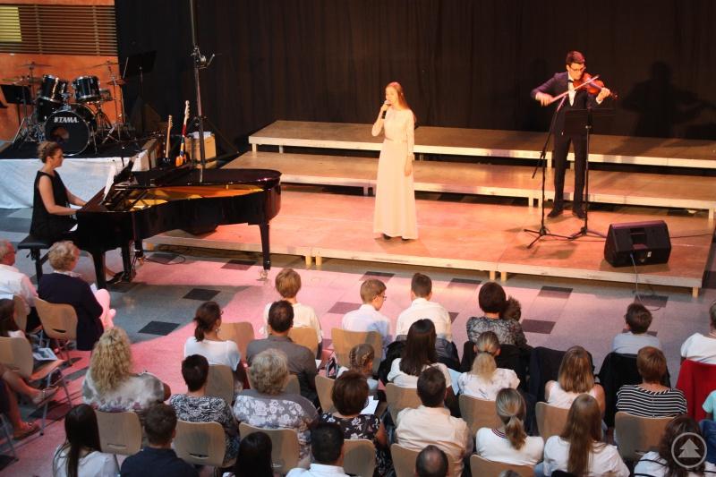 """Pia Stadlmeyer (Mitte) war in allen achten Jahren am Gymnasium beim Sommerkonzert aufgetreten und tat es auch in ihrem Abschlussjahr in mehreren Disziplinen, hier als Sängerin von """"I see the light"""" begleitete von Elias Lerchl an der Violine und Tatiana Sverko am Klavier."""