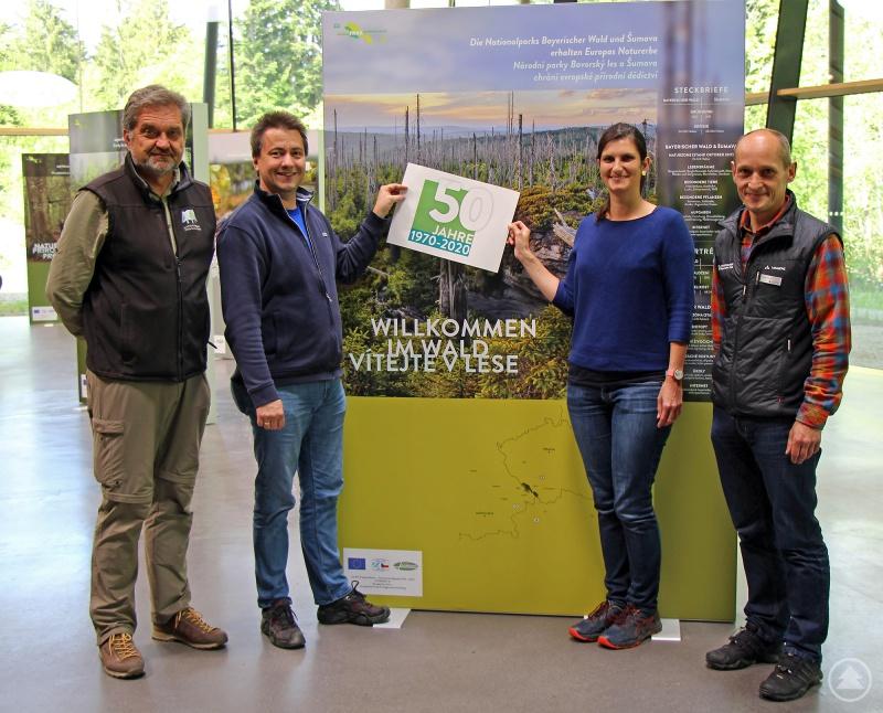 Begutachten schon mal das Logo zum anstehenden 50. Nationalpark-Geburtstag: Nationalparkleiter Franz Leibl (von links), Roland Pongratz, Lisa Ditz und Achim Klein, Leiter vom Haus zur Wildnis.