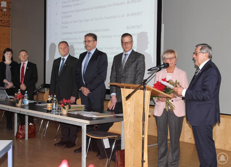 Edgar Stecher (re.) nahm der neuen Landrätin Rita Röhrl  den Eid ab, mit im Bild (v.li.) Maria Dannerbauer, Günther Weinberger, stellvertretender Landrat Willi Killinger, Franz Baierl und Alexander Kraus.