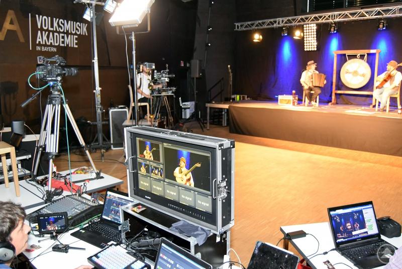 """""""Tom & Basti"""" wurden mit großem Technikaufwand per Live-Stream von der """"Volksmusikakademie in Bayern"""" in die Wohnzimmer übertragen."""