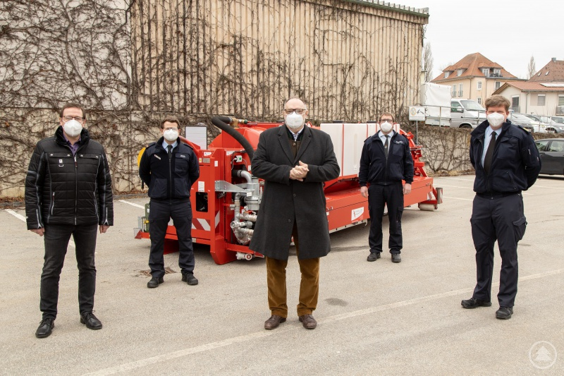 Ordnungsamtsleiter Erik Linseisen (von links), Toni Rang, Zugführer Löschzug Hauptwache, Oberbürgermeister Jürgen Dupper, Stadtbrandinspektor Florian Emmer und Stadtbrandrat Andreas Dittlmann zeigen sich erfreut über die Neuanschaffung.