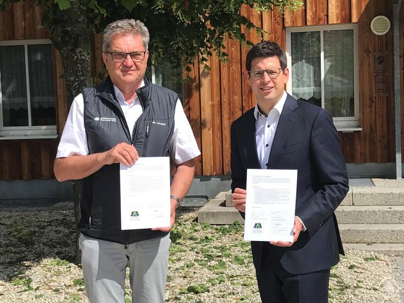Dr. Franz Leibl, Leiter des Nationalparks (r.), und Bürgermeister Martin Pichler, Vorsitzender der Ferienregion Nationalpark Bayerischer Wald, mit dem unterzeichneten Kooperationsvertrag.