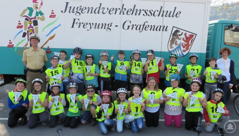 Die Klasse 4A der Grundschule Hinterschmiding, mit PHK Königseder und der Lehrerin Anneliese Stadler.