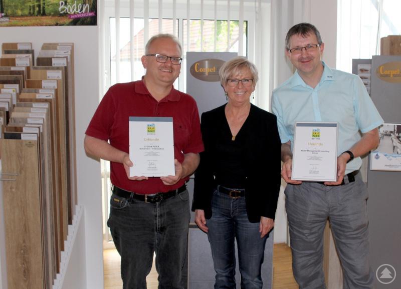 Landrätin Rita Röhrl mit den ausgezeichneten Maximilian Cerny-Probst (re. – Inhaber MCCP Management Consulting Group) und Stefan Peter (Inhaber Schreinerei Stefan Peter).