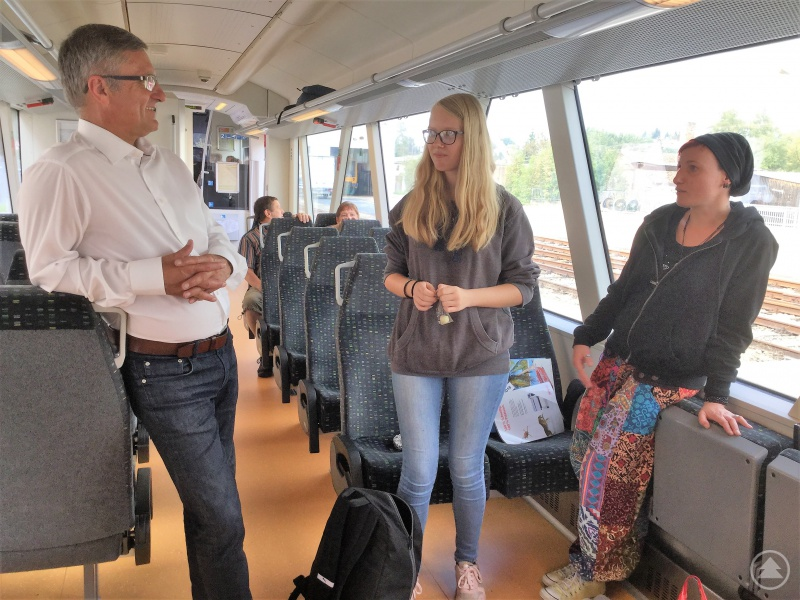 Zwei Schülerinnen der Hotelberufsschule Viechtach schätzen das Zug-Angebot, wünschen sich aber eine noch bessere Vernetzung.