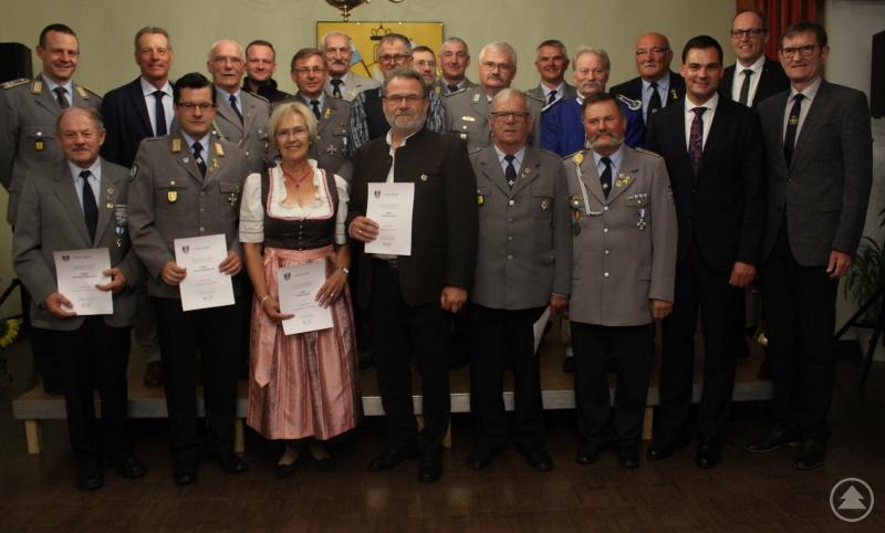 22 verdiente Ehrenamtliche erhielten die Ehrenamtsnadel des Landkreises aus den Händen von Landrat Gruber (3.v.r.). Mit auf dem Bild Richard Drexl, Präsident des Bayerischen Soldatenbundes (rechts), Dietmar Attenbrunner von der Sparkasse Freyung-Grafenau (daneben), Kommandeur Matthias Blaesing (hinten links).