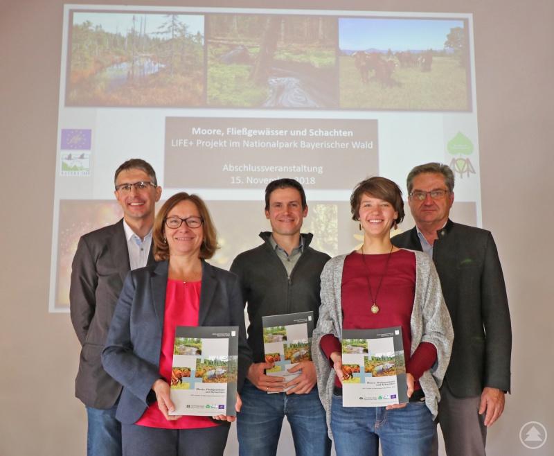 Freuten sich über das erfolgreich abgeschlossene LIFE+ Projekt: Jochen Linner (Nationalpark, von links), Ulrike Lorenz (Umweltministerium), Fabian Schweizer (Bayerischer Naturschutzfonds), Claudia Schmidt (Nationalpark) und Nationalparkleiter Dr. Franz Leibl.