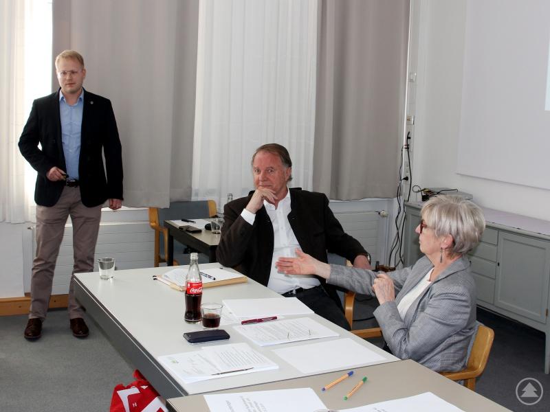 Klimaschutzmanager Andreas Ritzinger (li.) referierte vor dem Gremium. Landrätin Rita Röhrl und ihr Stellvertreter Willi Killinger begrüßten die Ergebnisse seiner Arbeit.