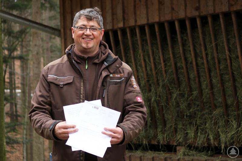 Tierpfleger Andreas Hackl hat im vergangenem Jahr einem unbekannten Leukämiepatienten Stammzellen gespendet. Jetzt hat er einen Dankesbrief erhalten mit der Nachricht, dass der Empfänger auf dem Weg der Besserung ist.