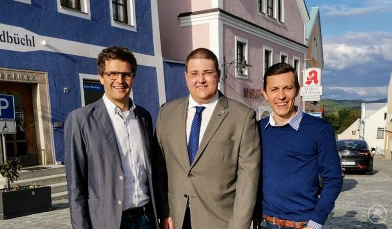 Gratulieren dem neuen JU-Kreisvorsitzenden Christoph Weishäupl (Mitte) zur Wahl: JU-Bezirksvorsitzender Paul Linsmaier (links) und Amtsvorgänger Daniel Traxinger (rechts).