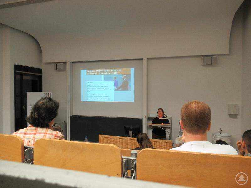 """Dr. Viola Hofmann hält ihren Gastvortrag zum Thema """"Demokratie im Bild"""" an der Universität Passau."""