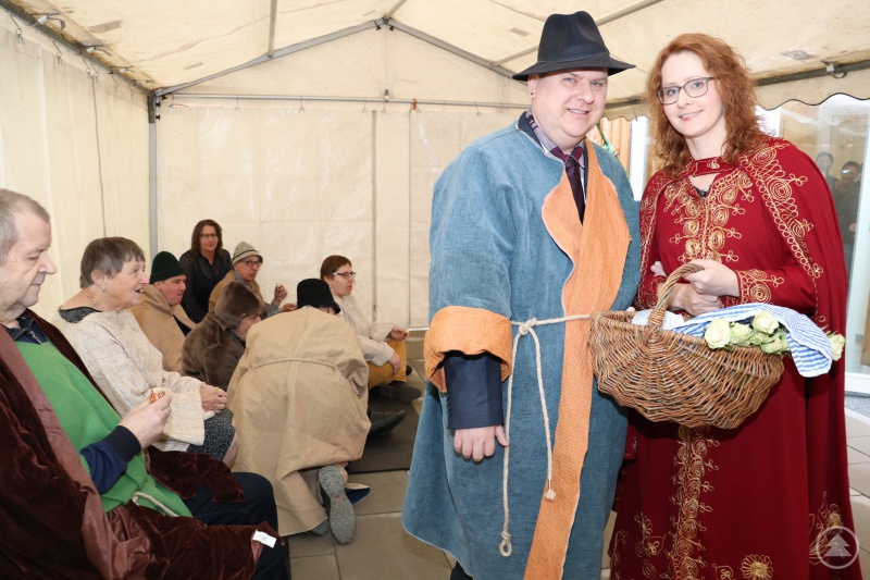Spielszene zum Rosenwunder aus der Elisabeth-Legende: Christian Lichtmann aus der Neigungsgruppe Theater mit deren Leiterin Sabrina Seidl.
