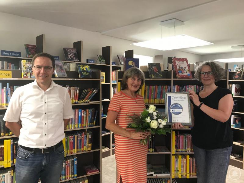 v. l. Bürgermeister Gerhard Poschinger, Edda Wirkert und Hildegard Franz vom Michaelisbund - sie überbrachte das Zertifikat.