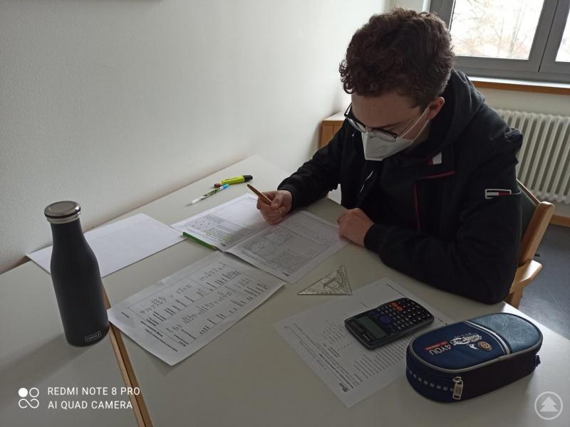 Konzentriert wagt sich Benedikt Hutterer an die schwierigen Aufgaben der in der zweiten Runde der IPhO gestellten Klausur heran.