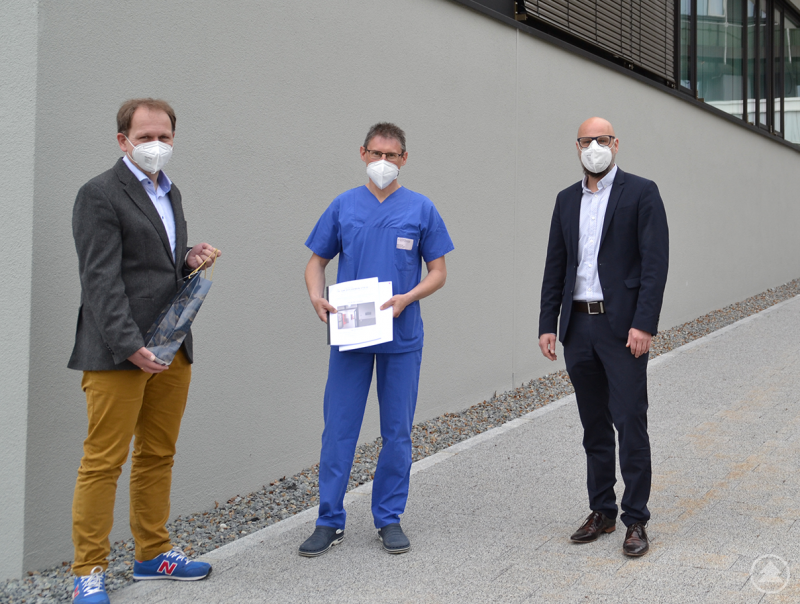 Pflegedirektor Christian Hofbauer (r.) und stellv. Pflegedirektor Rainer Stocker (l.) gratulieren Manfred Stockinger zur erfolgreichen Weiterbildung zur Leitung einer Station.