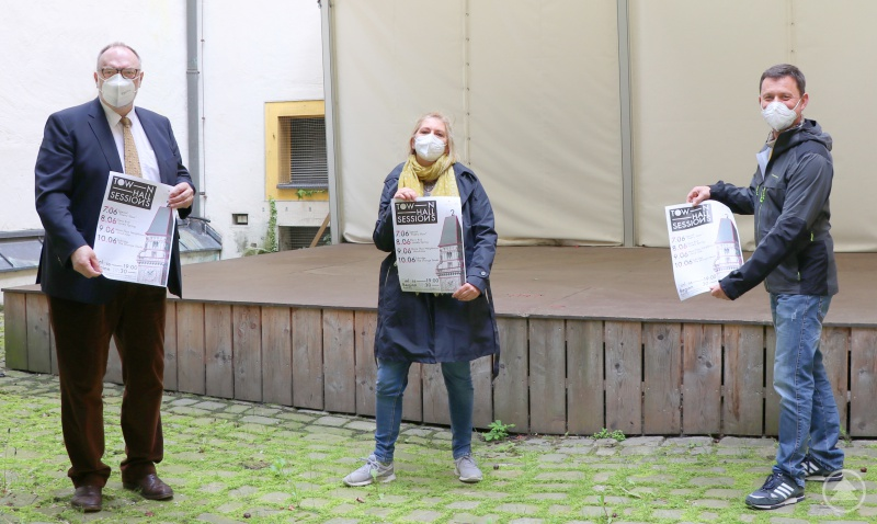 Oberbürgermeister Jürgen Dupper (von links), Katharina Kasipovic-Rauecker vom Jugendzentrum Zeughaus und Stadtjugendpfleger Edmund Kriegl präsentieren die Plakate für die Townhall Sessions im Rathausinnenhof.