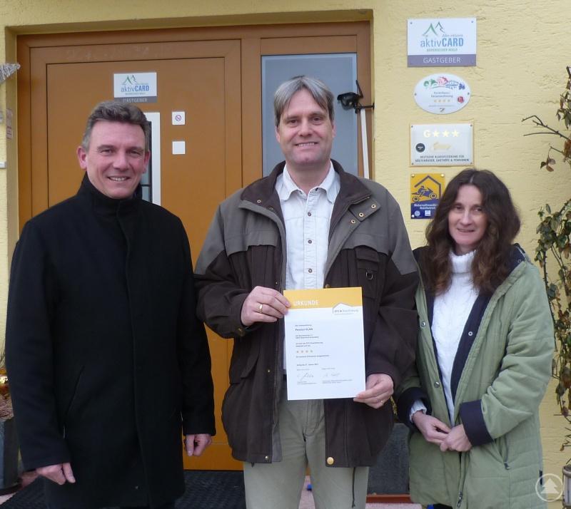 Heidi und Frank Büchner mit Bayerisch Eisensteins Bürgermeister Charly Bauer (links).