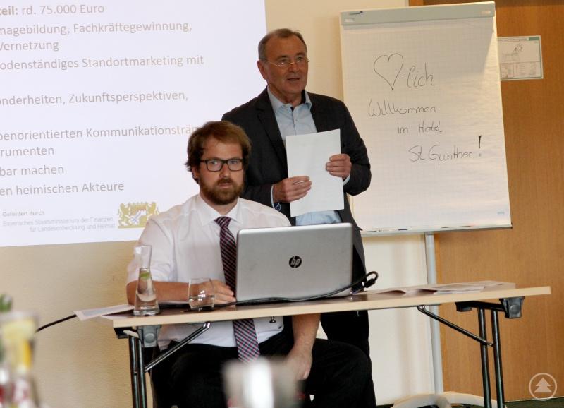 Regionalmanager Stephan Lang und Bürgermeister Hermann Brandl (stehend)
