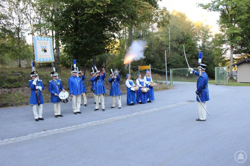 Die Bürgerwehr Grafenau beim Ehrensalut vor dem Offizierskasino.